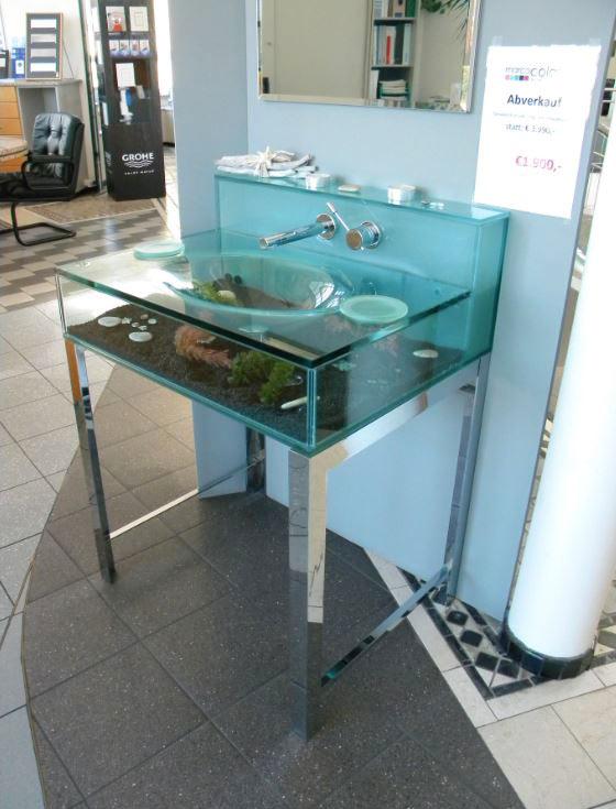 Waschtisch aus Glas mit Aquarium